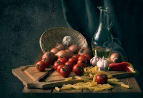 Обои помидоры, лук, чеснок, перец, макароны, доска, нож