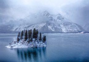 Обои Альберта, Канада, озеро, остров, деревья, горы, снег, зима