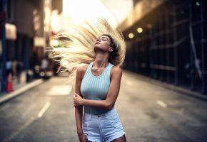Обои девушка, улица, волосы, взмах, фигура, город