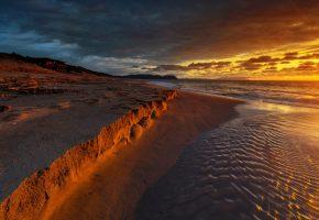 Обои море, побережье, песок, небо, тучи, зарево, закат