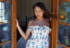 Обои девушка, позирует, окно, взгляд, платье