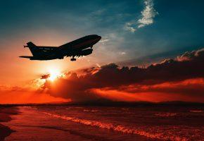 Обои самолет, авиалайнер, полет, пейзаж, море, побережье, небо, облака, зарево