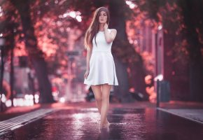 Обои Вода, Девушка, Взгляд, Платье, улица, ножки