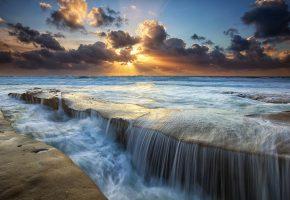 камни, море, облака, лучи, потоки, солнце, Небо