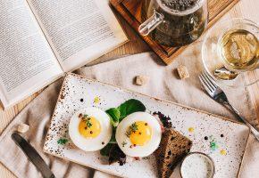 завтрак, тарелка, бутерброды, яйца, нож, вилка, чай, книга