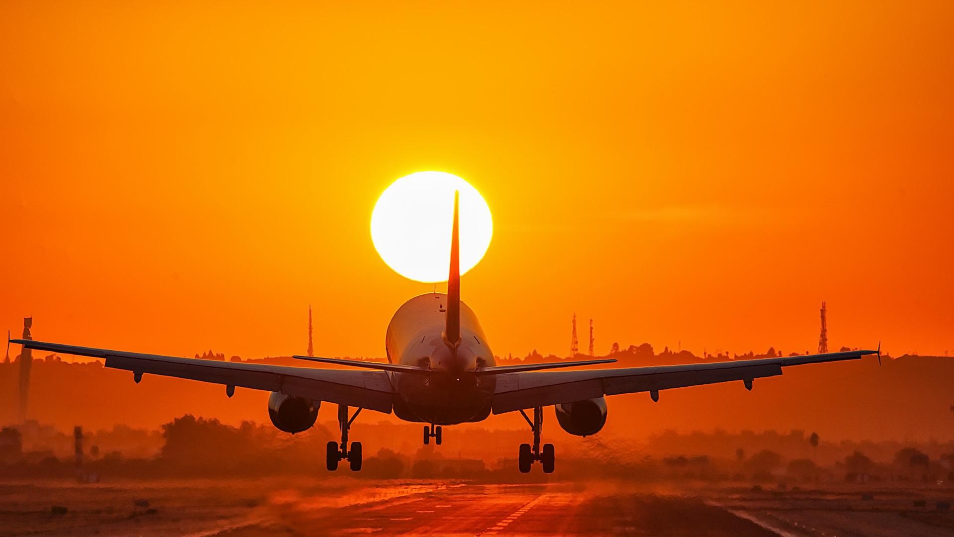 самолет фото на закате